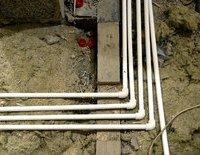 Установка труб отопления в полу